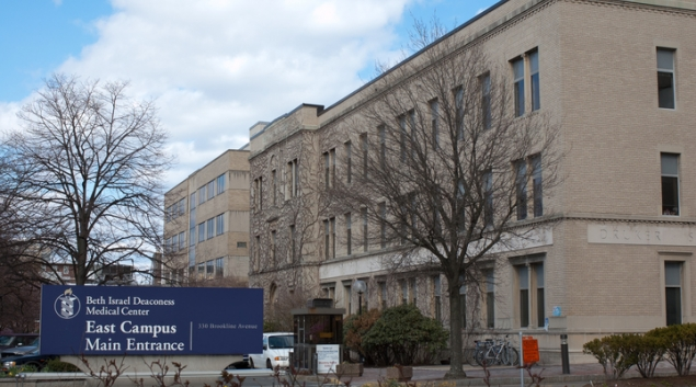 """The main entrance to the east campus of the Beth Israel Deaconess Medical Center, on Brookline Avenue in Boston. Photo by <a href=""""https://commons.wikimedia.org/wiki/User:Tim_Pierce"""" target=""""_blank"""">Tim Pierce</a>"""