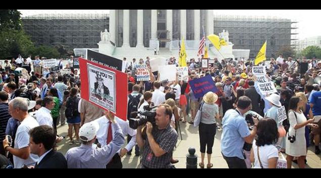 "Crowd reacts to King v. Burwell ruling in Washington D.C. <em>(<a href=""https://twitter.com/KTLAMorningNews/status/614091475459153920/photo/1"">Photo via KTLA 5</a>)</em>"