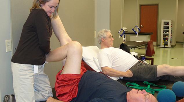 "Knee replacement therapy. Photo by <a href=""https://www.flickr.com/photos/25225730@N00/4176973005/in/photolist-7n75xX-7AnAX-5VJ3Gw-AvZ6e-7AnBc-5VDHxK-5kYdER-7AnAh-5VJ15Y-5VDEpX-9HyDuG-eaCNfj-5VJ3bA-5VJ1nh-5VDFtv-7Ngyws-7AnAp-7FBNaE-GfHL7n-GmyAok-GmyA6B-uB1Sy9-67R1su-4bMcXj-FHnJyN-5VDF1V-7AnzT-FM7nNu-rGtGTQ-DnKfEp-342rFE-hnB7K-3179T-GbpAqo-ohXLPB-xpk8rC-uHVr6J-2uvxWf-Cm25hk-Cm26t8-Db8enx-CkTRiQ-CJUFnc-xprhop-Dg6fAo-Dg6eo3-Cm1XwB-xprhqt-D8Qqi7-CRhziu""> GoingLikeSixty.com </a>"